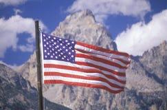 Bandera americana con las montañas, parque nacional magnífico de Teton, Wyoming Imagenes de archivo