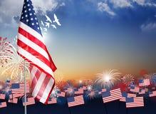 Bandera americana con los fuegos artificiales en el diseño crepuscular del fondo Fotografía de archivo libre de regalías