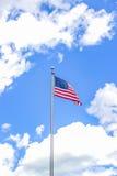 Bandera americana contra un cielo azul hermoso Fotos de archivo