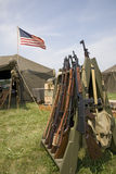bandera americana de 48 estrellas que vuela sobre la tienda del ejército Foto de archivo