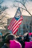Bandera americana de la paz en el marzo de la mujer foto de archivo
