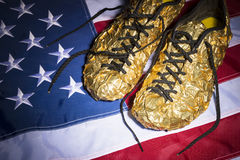 Bandera americana de las zapatillas deportivas del oro Imagenes de archivo