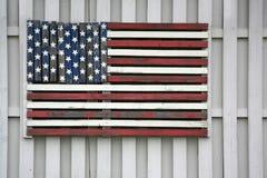 Bandera americana de madera en la cerca foto de archivo