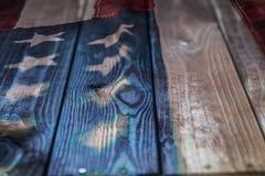Bandera americana del vintage pintada en un fondo de madera rústico envejecido, resistido fotografía de archivo libre de regalías