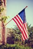 Bandera americana delante de un hogar fotos de archivo libres de regalías
