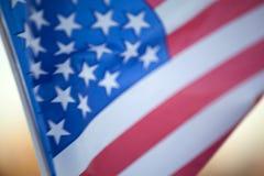 Bandera americana durante Día de la Independencia en Hudson River con una visión en Manhattan - New York City - Estados Unidos Imagen de archivo libre de regalías