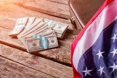 Bandera americana, efectivo y maleta Foto de archivo
