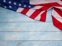 Bandera americana en de madera azul fotos de archivo