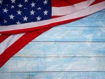 Bandera americana en de madera azul imagenes de archivo