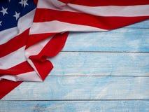 Bandera americana en de madera azul imagen de archivo libre de regalías