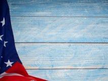 Bandera americana en de madera azul fotografía de archivo
