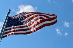 Bandera americana en el aleteo del polo en el viento fotos de archivo
