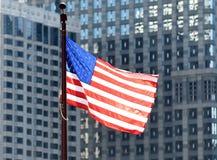 Bandera americana en el centro de Chicago imagenes de archivo