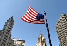 Bandera americana en el centro de Chicago fotografía de archivo