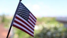 Bandera americana en el cielo azul y la naturaleza verde para el Día de los caídos o el 4 de julio almacen de metraje de vídeo