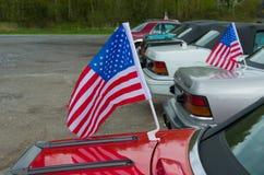 Bandera americana en el coche Fotos de archivo