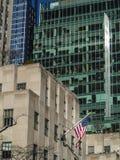 Bandera americana en el edificiodel theque agita en el viento en Manhattan Imagen de archivo libre de regalías