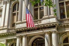 Bandera americana en el edificio viejo de ayuntamiento en Boston Foto de archivo