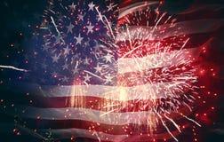 Bandera americana en el fondo de fuegos artificiales imagen de archivo