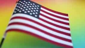 Bandera americana en el fondo del color del arco iris para el Día de los caídos o el 4 de julio metrajes
