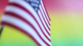 Bandera americana en el fondo del color del arco iris para el Día de los caídos o el 4 de julio almacen de video