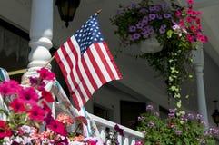 Bandera americana en el pórtico de la casa