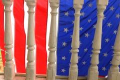 Bandera americana en el pórtico viejo Foto de archivo