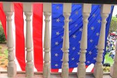 Bandera americana en el pórtico viejo Fotografía de archivo