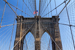 Bandera americana en el puente de Brooklyn, New York City Foto de archivo