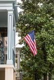 Bandera americana en hogar meridional con el árbol de la magnolia Fotos de archivo