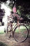 Bandera americana en la bici vieja imagen de archivo libre de regalías