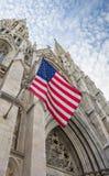 Bandera americana en la catedral del St Patricks en Nueva York Foto de archivo libre de regalías