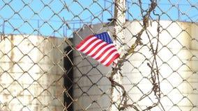 Bandera americana en la cerca del alambre de púas almacen de video