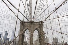 Bandera americana en la exhibición en el puente de Brooklyn imagen de archivo libre de regalías