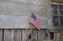 Bandera americana en la pared de madera rústica de la cabina fotografía de archivo libre de regalías