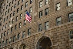 Bandera americana en la pared de un banco en Nueva York imagen de archivo libre de regalías