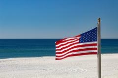 Bandera americana en la playa Fotos de archivo libres de regalías