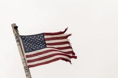 Bandera americana en la vergonzoso-condición, hecho andrajos, rasgada, Imágenes de archivo libres de regalías