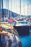 Bandera americana en palo de un yate fotos de archivo libres de regalías