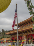 Bandera americana en su templo - celebración china Fotos de archivo