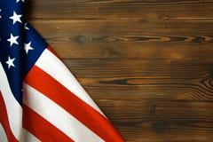 Bandera americana en una vieja visión de escritorio de madera imagenes de archivo