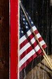 Bandera americana en ventana del granero Imagen de archivo
