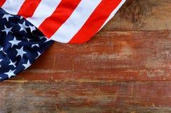 Bandera americana en viejas festividades nacionales de los E.E.U.U. del patriotismo del tablero de madera foto de archivo