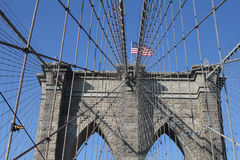 Bandera americana encima del puente de Brooklyn famoso Foto de archivo