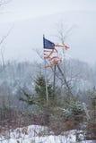 Bandera americana hecha andrajos que sopla en el viento del invierno, Rangeley, el AMI Imagenes de archivo