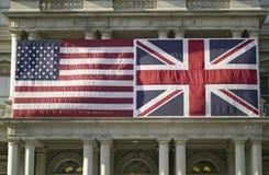 Bandera americana montada completamente al lado de la unión Jack British Flag Imágenes de archivo libres de regalías