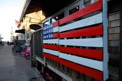 Bandera americana pintada en una plataforma de madera imágenes de archivo libres de regalías
