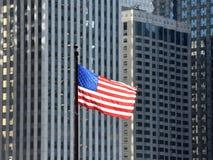 Bandera americana que agita adentro el centro de la ciudad de Chicago, los E.E.U.U. imagen de archivo libre de regalías