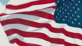 Bandera americana que agita en el viento almacen de video