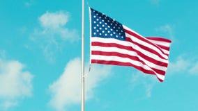 Bandera americana que agita en el viento almacen de metraje de vídeo